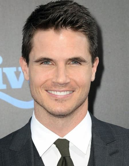 A Photo of Robbie Amell